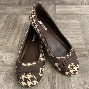 Brand New Houndstooth flats with brown bow